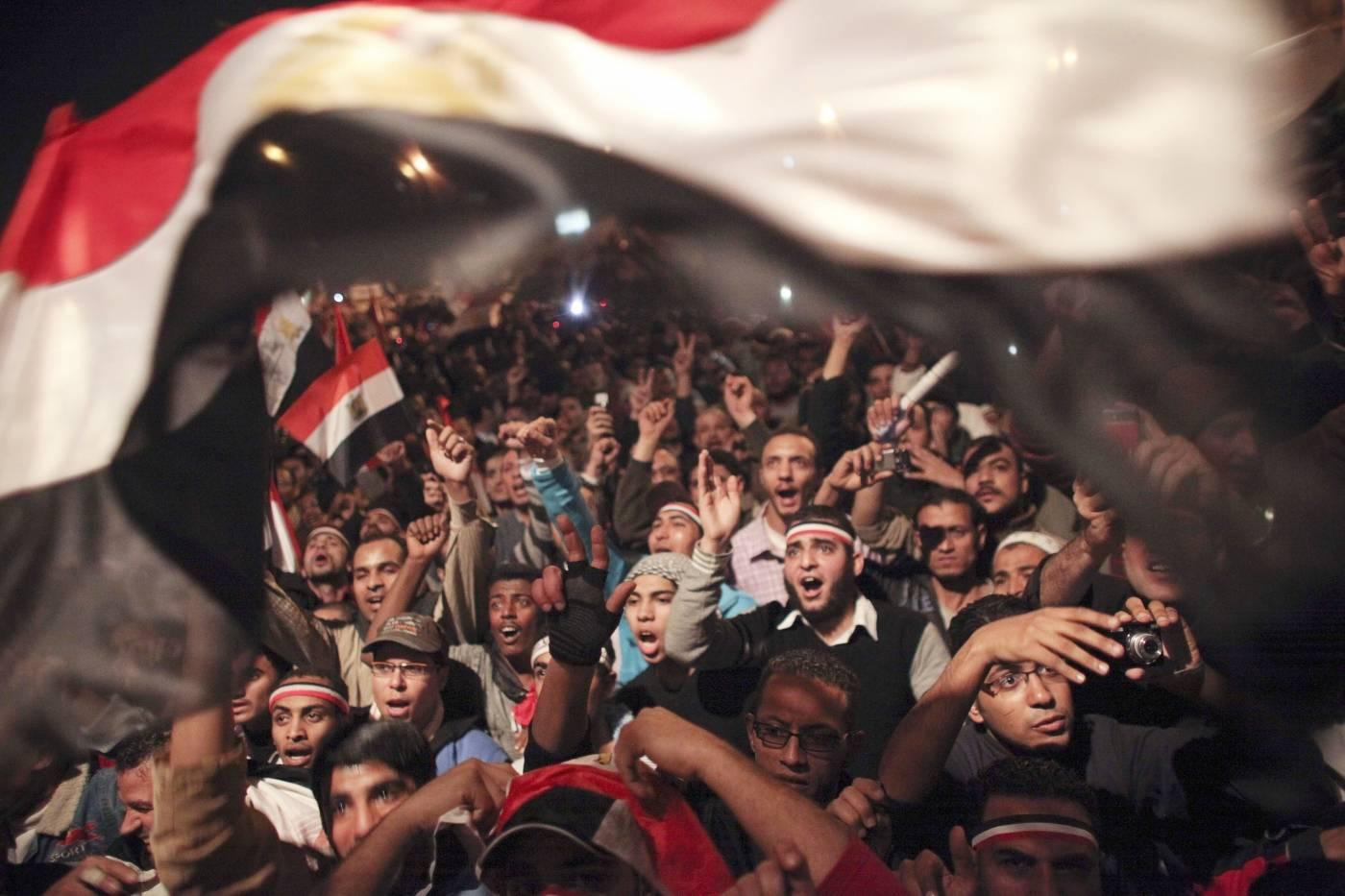Egyptierna firar nyheten om att Mubarak avgår som president i februari 2011. Foto: AP Photo / Tara Todras-Whitehill.