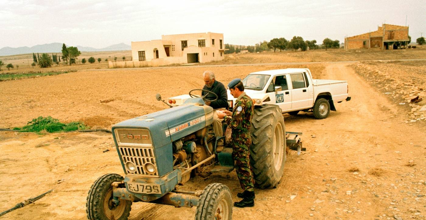 Brittisk FN-soldat kontrollerar en cypriotisk bondes identitetshandlingar. Foto: FN, John Isaac