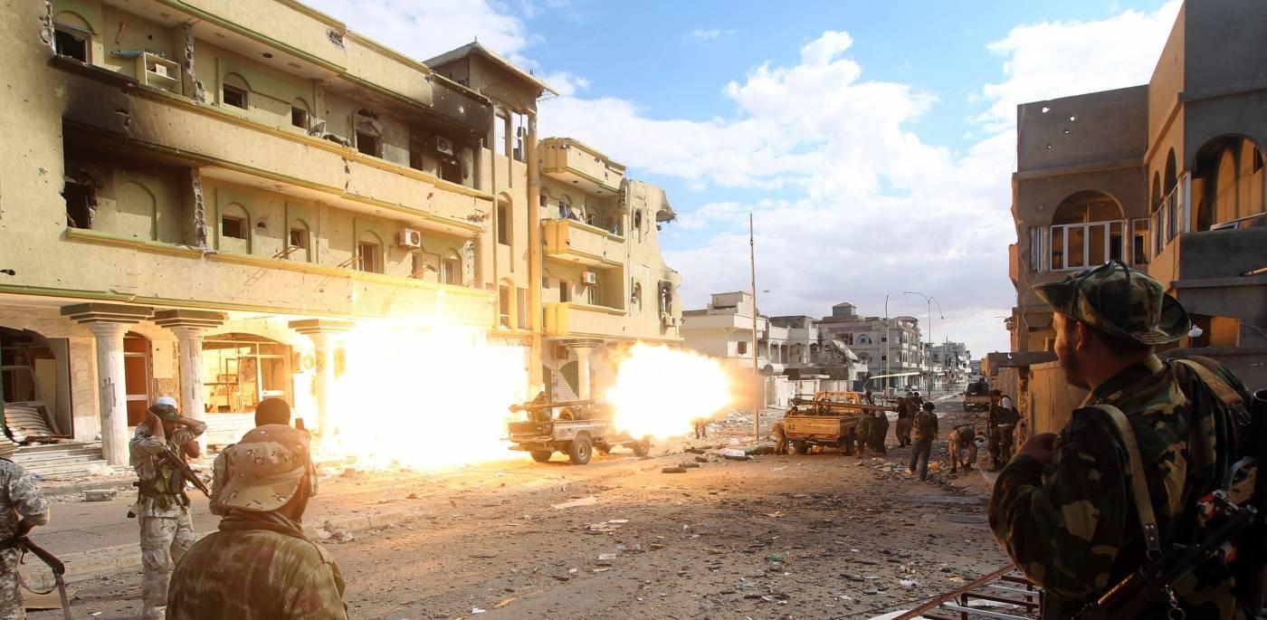 Kamp om den libyske byen Sirte i slutten av Gaddafis tid ved makten, 19. oktober 2011. Foto: NTB Scanpix/AFP photo/ Ahmad al-Rubaye
