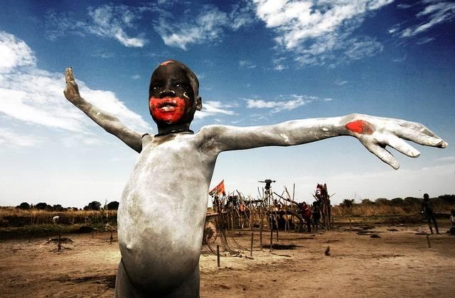Ett askklätt barn som firar Sydsudans självständighet år 2011.(Foto:Freedom House/Flickr)