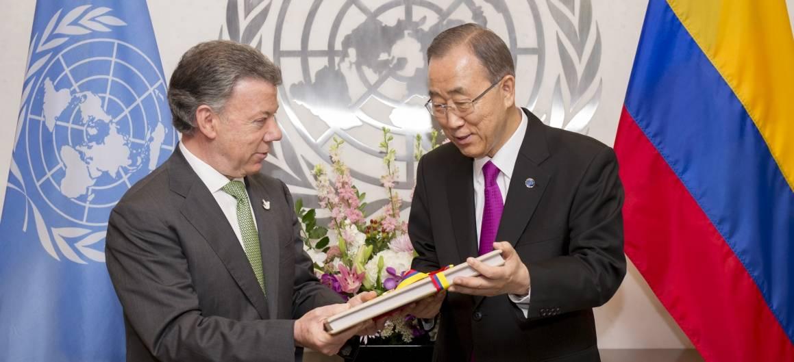 Den tidigare colombianska presidenten Juan Manuel Santos överlämnar en kopia av fredsavtalet med FARC till FN: förra generalsekreterare Ban Ki-moon i september 2016. Foto: UN Photo / Rick Bajornas