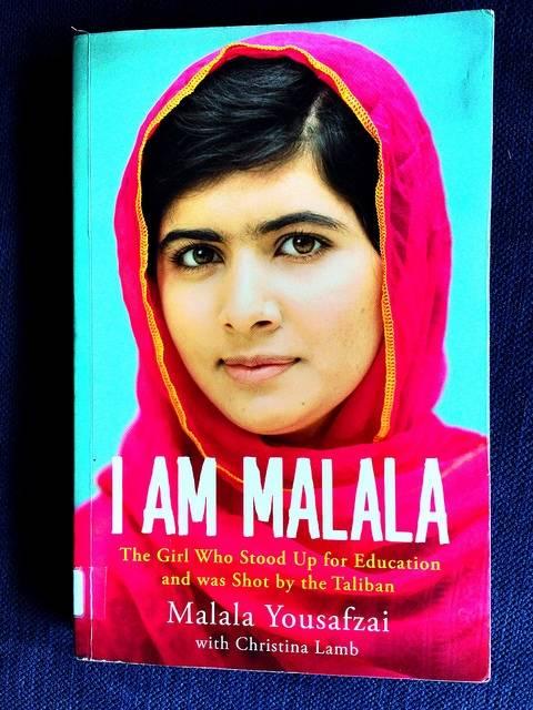 Bilden visar Malala Yousafzais bok, flickan som stod upp för rätten till utbildning och sköts av talibanerna. Hon vann Nobels fredspris 2014. Foto: Flickr/Jabiz Raisdana.