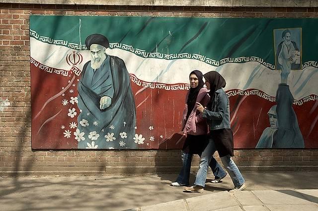 Bilden visar en målning av Khomeini på en vägg i Teheran.