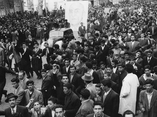 En demonstration för Mossadeq i den iranska huvudstaden Teheran 1952, året innan Mossadeq avsattes genom en statskupp som stöddes av USA och Storbritannien. Foto: Wikimedia Commons