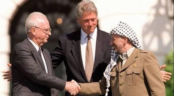 Israels statsminister, Yitzhak Rabin (t.v.), med USA:s dåvarande president Bill Clinton och den palestinska ledaren Yassir Arafat, under signeringen av Oslo-avtalet 1993. Foto: Israel Defense Forces/Flickr.