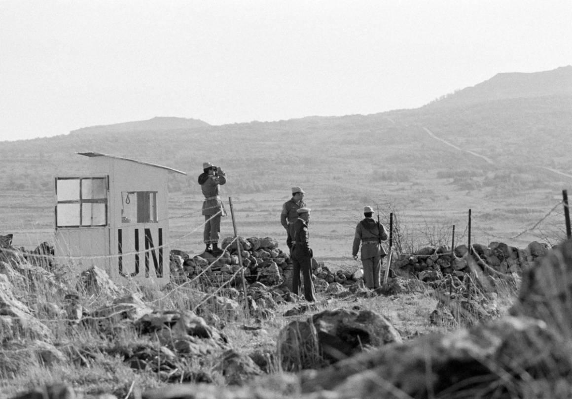 Iranske FN-soldater holder vakt over Golanhøydene i 1975. Områdene i bakgrunnen er okkupert av Israel. (Foto: UN Photo/Yutaka Nagata