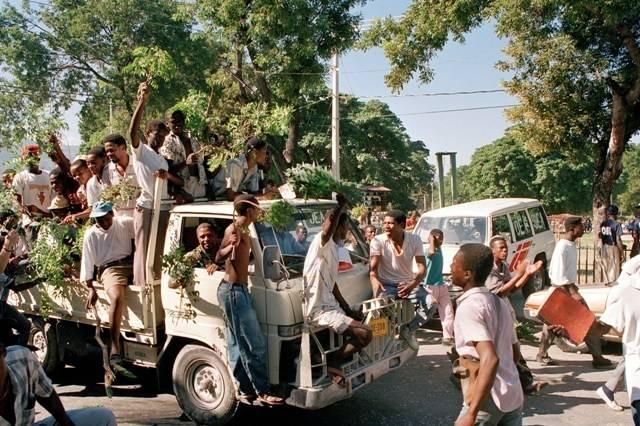Haitianere feirer det første fire valget på Haiti  i 1987 og at Aristide ble valgt til president. Bilde: UN Photo/Milton Grant