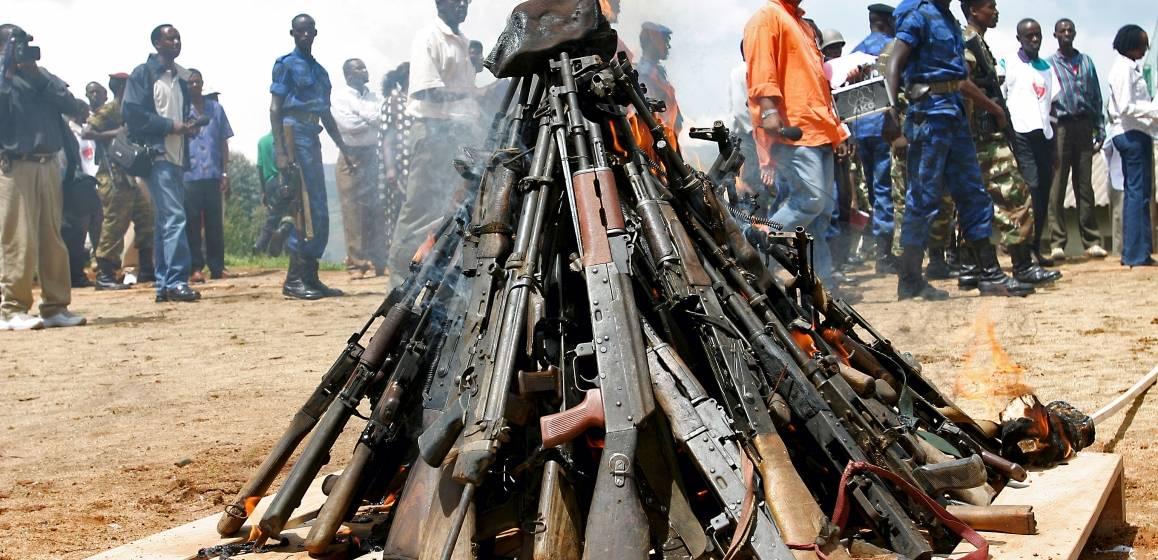 Et bål bestående av våpen samlet inn fra ulike opprørsstyrker. UN Photo/Martine Perret
