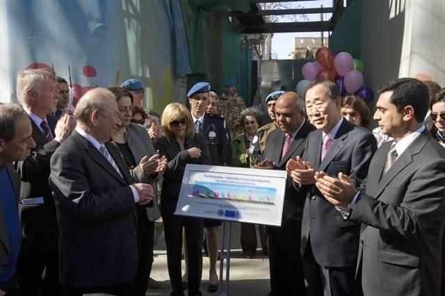 Februar 2010. FNs generalsekretær Ban Ki-moon besøker Ledra-Lokmaci-gaten i Nicosia. Foto: FN, Eskinder Debebe