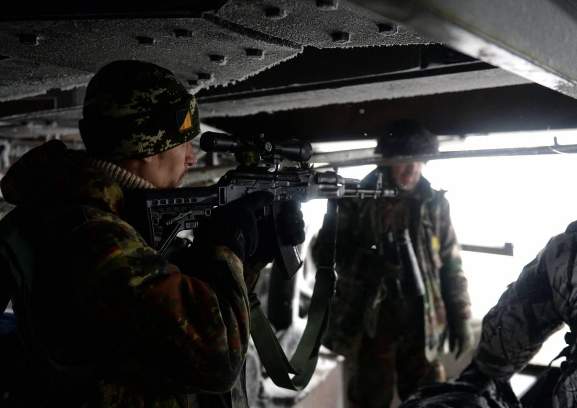 Bildet viser frivillige paramilitære styrker for det ukrainske nasjonalistiske partiet, Høyre Sektor, i Donetsk i Øst-Ukraina