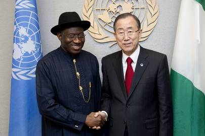 Goodluck Jonathan sammen med Ban Ki-moon (t.h.). 24. september 2012 hos FN i New York. Foto: UN Photo/Evan Schneider