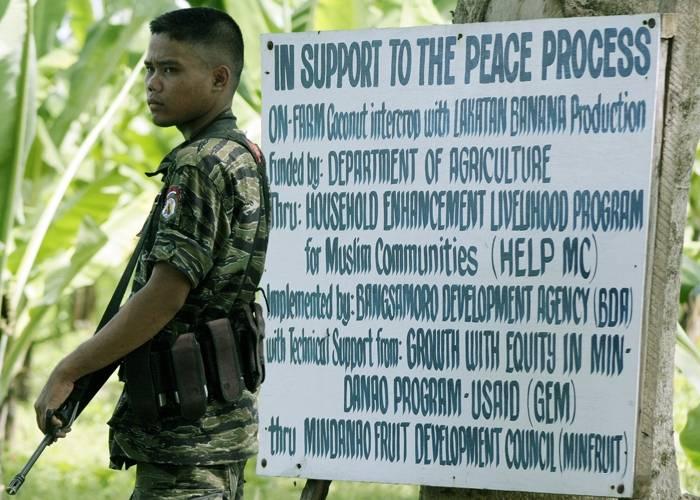 En soldat fra MILF i Sultan Kudarat, sør på Filippinene. Foto: Mark Navales