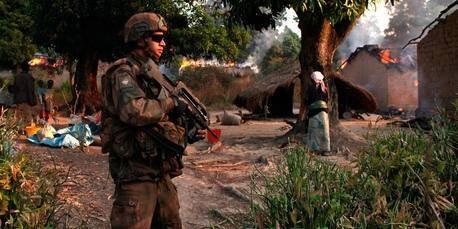 En fransk soldat patruljerer i landsbyer nord for hovedstaden Bangui i januar 2014