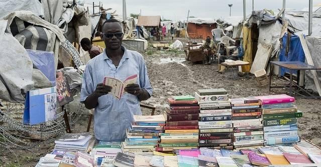 UNMISS sin base i Malakal gir beskyttelse til 17 000 internt fordrevne sørsudanere. Bildet viser en sørsudaner som selger bøker inne i basen i 2014