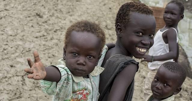 Sivile sørsudanere, mange av dem barn, får beskyttelse inne på FNs militære baser. Bildet viser barn på UNMISSs base i Malakal i 2014. (Foto: UN Photo/Flickr)