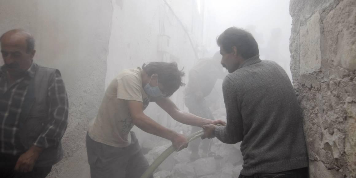 Män i staden Azaz, nära gränsen till Turkiet, försökte släcka elden efter en bombattack. De misstänker att Assad-lojala styrkor ligger bakom attacken. Maj 2014 Foto: REUTERS / Mahmoud Hassano