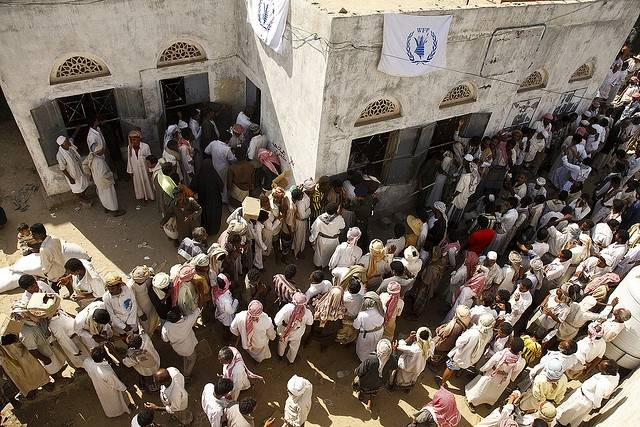Flertallet av de rundt 250.000 internt fordrevne er spredt utover de nordlige områdene i Jemen på søken etter mat og husly. Bildet viser Mazrak-leiren hvor FNs matvareprogram (WFP) deler ut mat. Foto: Hugh Maclead/IRIN/Flickr
