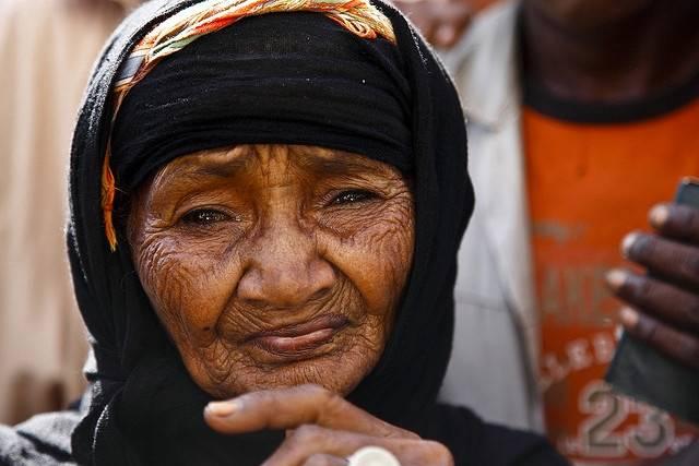 Denne kvinnen ble hjemløs sammen med hennes familie på 14, etter saudiarabiske styrker slo ned på houthi-opprørerne der hun bodde. Her står hun i matkø til FNs matvareprogram WFP i 2009. Foto: Hugh Macleod/IRIN/Flickr