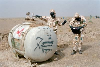 En inspeksjonsgruppe fra FN fullfører en detaljert inspeksjon av Iraks største anlegg for kjemiske våpen i 1991. (Foto:UN Photo)