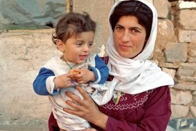 Mor og datter lever livene sine i flyktningeleir i Suleimaniyah, nord i Irak. Foto:UN Photo/Pernaca Sudhakaran