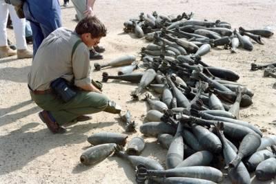 En våpeninspektør fra FNs spesialkommisjon for Irak, UNSCOM, gransker destruerte kjemiske våpen i Irak i 1992. (Foto:UN Photo/H Arvidsson)
