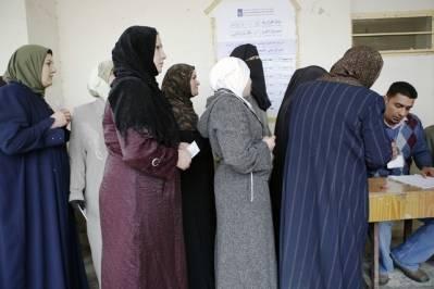 Irakiske kvinner står i kø for å stemme ved valget i 2009, i byen Ramadi. (Foto:UN Photo/Rick Bajornas)