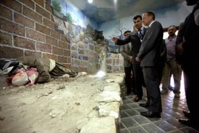 Martin Kobler (midten høyre), spesialrepresentant til Irak for FNs generalsekretær, besøker monumentet i Halabja i Kurdistan-Irak, til minne om ofrene fra Saddam Husseins folkemorderiske kampanje mot kurderne, med bruk av kjemiske våpen i 1988. Foto: UN Photo/Bikem Ekberzade.
