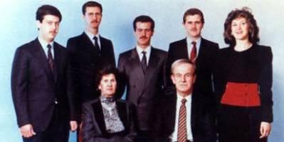 Assad-familien har sittet ved makten i Syria siden Hafez al Assad begikk et militærkupp i 1970. Siden 2000 er det sønnen Bashir al-Assad (nummer to fra venstre på bakerste rekke) som har vært president i landet. Foto: Wikimedia/Creative Commons