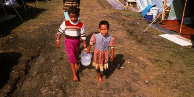 KFOR-operaation valvomalla leirillä asuvia romanilapsia. Kuva: UNHCR / P Deloche
