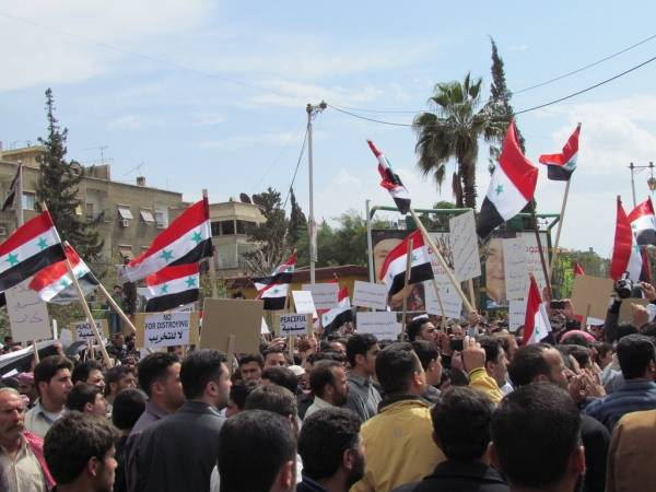 Tidlig fredlig demonstrasjon i Syria  Foto: Shamsnn via Flickr/Wikimedia Commons