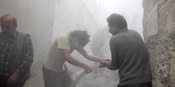Menn i byen Azaz, nær grensen til Tyrika, prøver å slukke brann etter et bombeangrep fra det de mener er Assad-lojale styrker. Mai 2014. Foto: Reuters/Mahmoud Hassano