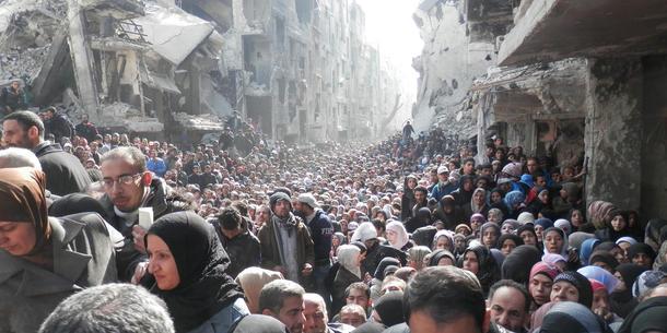 En los flyktningleiren palestinos de Yarmuk, en Damasco ha tilgangen hasta vært alimentos begrenset svært durante las guerras.  Las personas esperando en la cola para entrar en la ONU matforsyninger fra.  (Enero 2014).  Foto: Zuma Press / OOPS