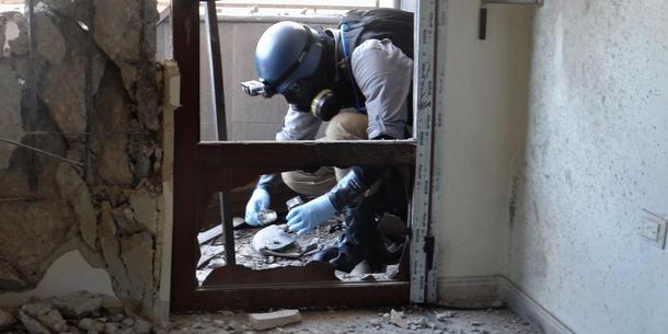 Un fra våpenekspert ONU toma muestras en el Ghouta, raketter hvor como campo angivelig inneholdt kjemiske armas en agosto de 2013. Foto: AFP Photo / Ammar Al-Arbini